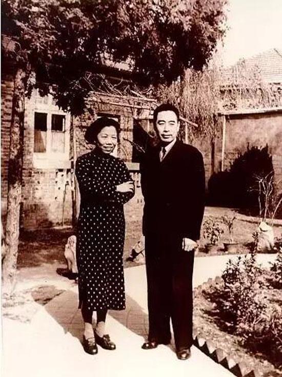 1946年5月中共代表团到达南京。周恩来夫妇在代表团驻地梅园新村30号院