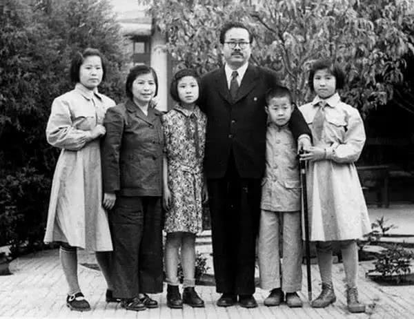 1950年,任弼时一家。左起:任远志、母亲陈琮英、任远芳、父亲任弼时、任远远和任远征。