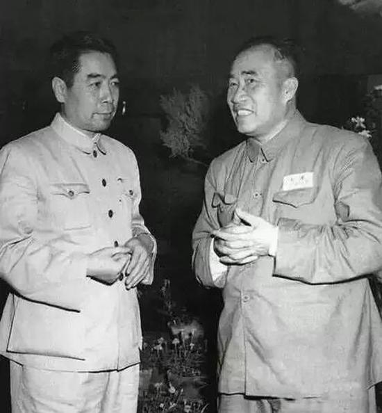 1950年06月与朱德在政协会议休息时交谈
