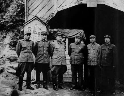 1950年12月彭德怀、金日成在朝鲜玉泉站志愿军总部