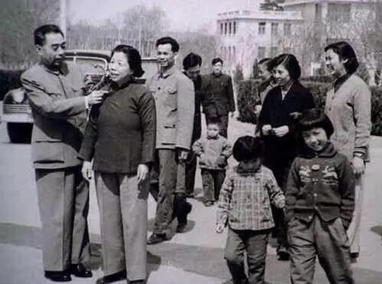 1950年5月1日,中南海西花厅纪念五一合影,总理帮夫人整理服饰