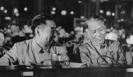 1950年6月周恩来、刘少奇在政协会上