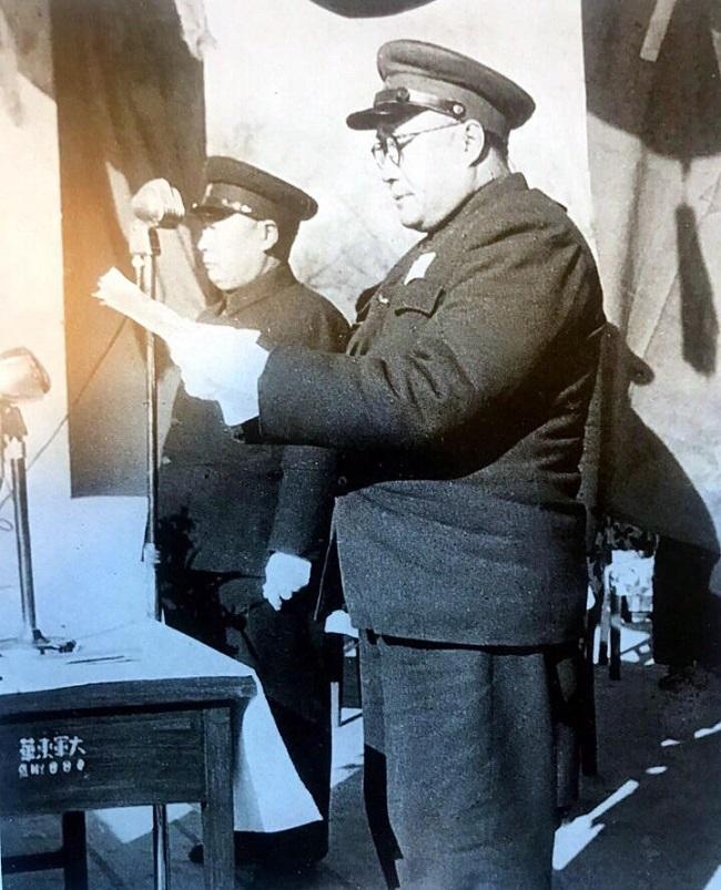 1951年1月15日,军事学院正式成立,刘伯承院长主持成立典礼并致辞。左为中央军委代表陈毅。