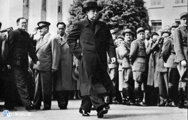 1954年4月,周恩来总理步入日内瓦会议会场,代表新中国第一次出现在国际舞台,他的步履坚定,神情沉稳,形象英俊,让西方世界为之震动。