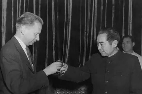 1955年1月,周恩来总理设宴为联合国秘书长哈马舍尔德饯行