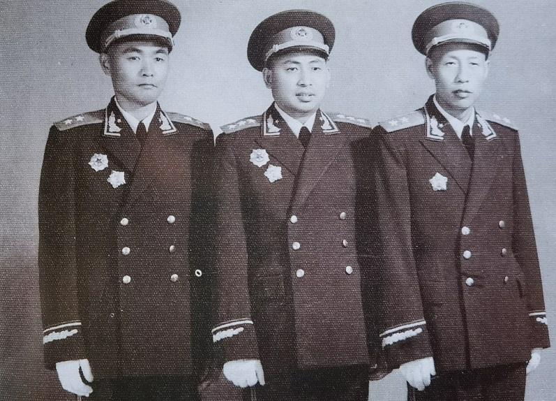 1955年11月,李天佑上将(中)与军事学院同学吴富善中将(右)、杜义德中将合影。(李天佑之子李亚滨供图)