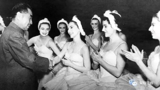 """1957年周恩来在莫斯科大剧院感谢参加芭蕾舞""""天鹅湖""""表演的演员。"""