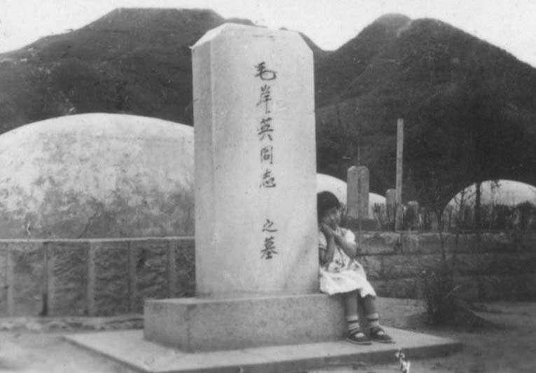 1957年7月29日本文作者江和平在桧仓郡志愿军烈士陵园毛岸英烈士墓
