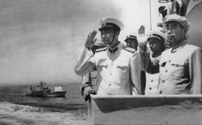 1957年8月,周恩来在海军司令员肖劲光大将陪同下检阅海军北海舰队