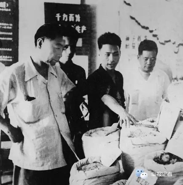 1958年7月周恩来总理视察广东省新会县粮食工作展览会。
