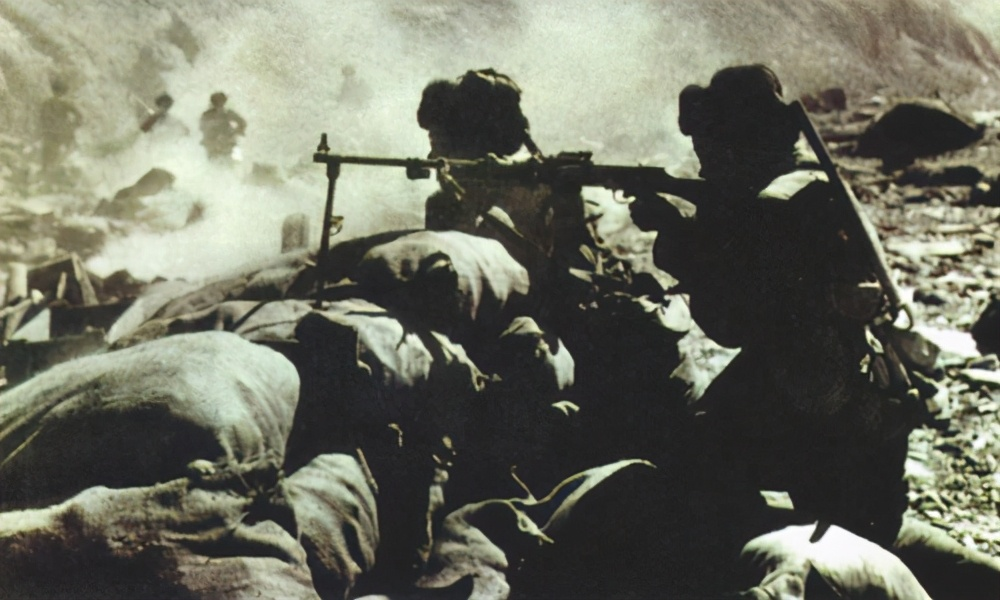 1962年,对印边境自卫防御作战中,我军机枪对敌进行火力压制。