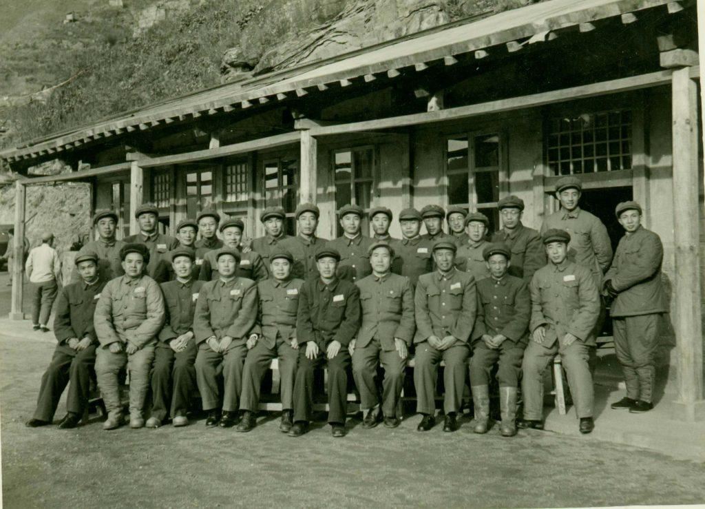 1953年11月江涛(后左7)与前左:刘何、张水发、张震、张南生、杨得志、邓华、李达、王蕴瑞、吴先恩、罗文在志司