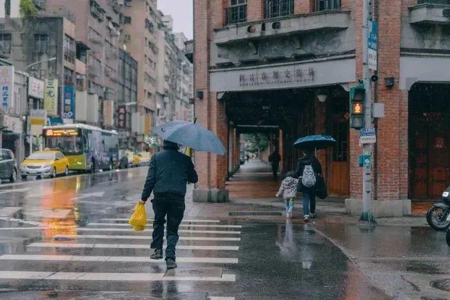 """当今怪象:大量门店""""倒闭"""",满大街都是药店、房产中介和餐饮店"""