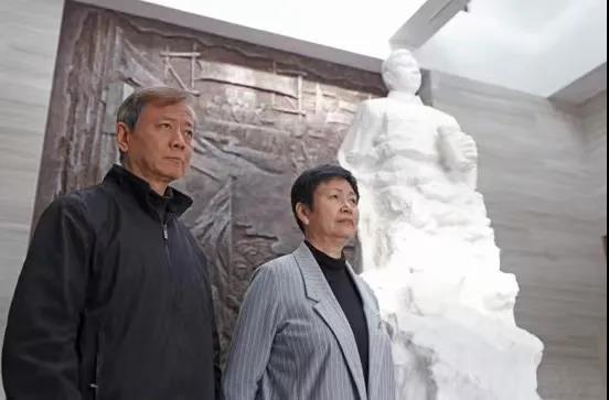 叶莲与先生张志扬在叶挺纪念馆