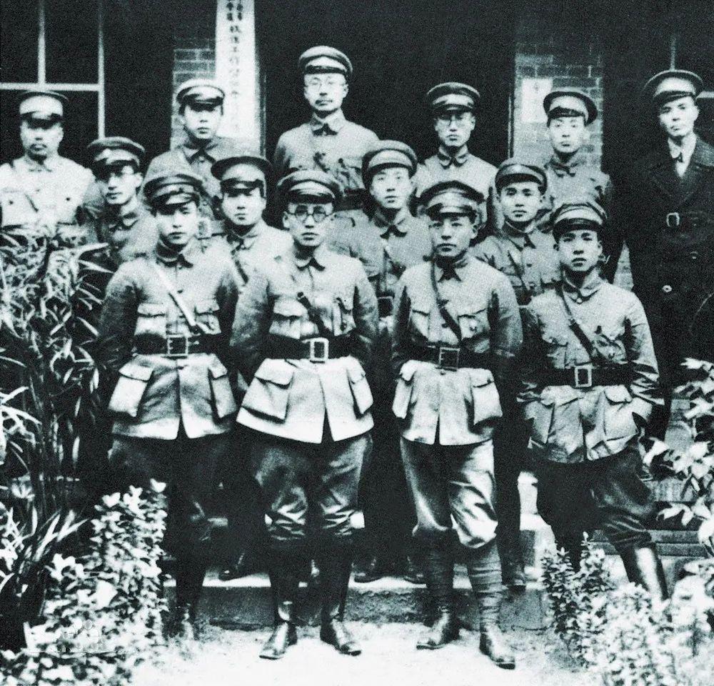 红四方面军扩编成4个军,8位军级干部,为何只有5位有军衔?