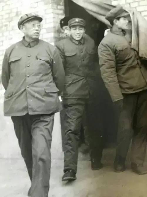 1982年,兰州军区司令换人,邓小平对一位老将说,你去我放心