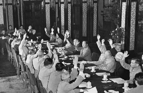 出席会议的全体委员举手通过中华人民共和国宪法草案(资料照片)