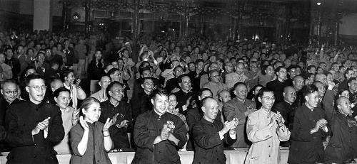 报告投票表决结果时,全体代表起立热烈鼓掌(资料照片)