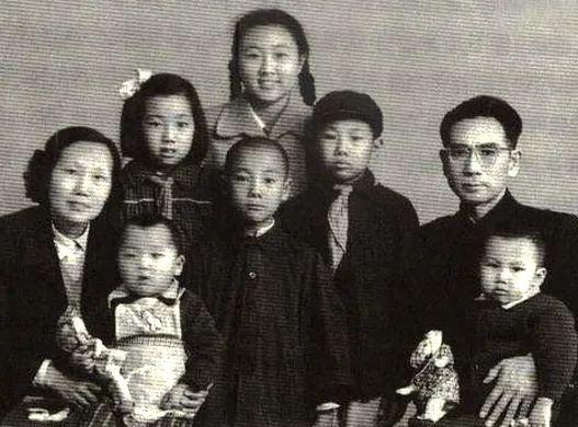 周恩来的弟弟周恩寿,考入黄埔军校第四期,可惜离开了部队