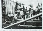 1937年9月,八路军总部政治部副主任邓小平(左四)与朱德(左三,站立拿望远镜者)、任弼时(左二)、罗荣桓(左 一)等从陕西省韩城县芝川镇乘船东渡黄河,进入山西抗日前线。 罗东进 摄