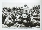 """一二九师三八六旅参谋长周希汉(前站立者)在粉碎日军""""九路围攻""""前进行战斗动员。"""
